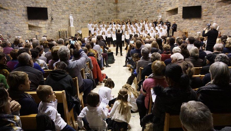 Les élèves en pleine prestation devant un nombreux public.