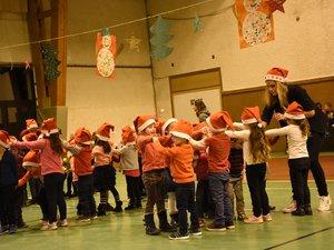 Les enfants de maternelle ont dansé. Ci-dessous : ceux du primaire ont chanté et le public a apprécié.