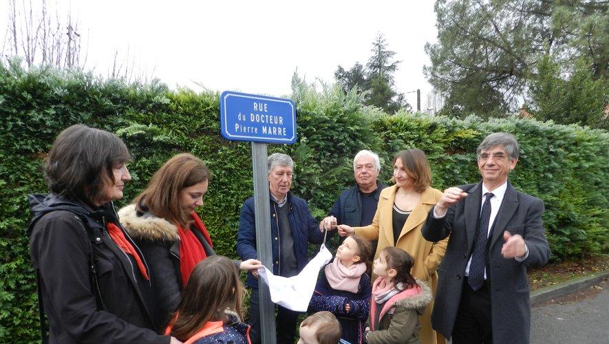 La plaque a été dévoilée par Serge Roques, José Perez  et Ruben De la Ballina, en présence de la famille du docteur Pierre Marre.