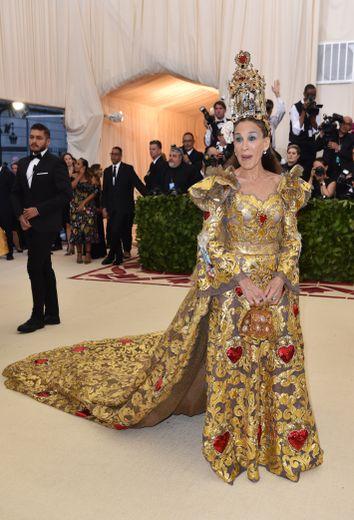 """Si Sarah Jessica Parker a respecté le thème du Met Gala, """"Corps célestes : mode et imagerie catholique"""", elle en a en revanche trop fait... Couleurs, volume, accessoires : un brin too much. New York, le 7 mai 2018."""