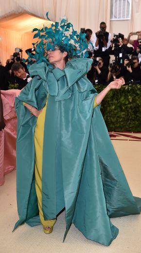 Qu'est-il arrivé à Frances McDormand ? Non seulement sa tenue est bien trop volumineuse (et informe), mais en plus elle risque de ne pas apprécier le Met Gala avec cette coiffe un peu trop envahissante. New York, le 7 mai 2018.