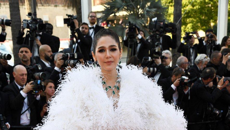 L'actrice Araya Hargate, qui foule généralement le tapis rouge dans des tenues ultra glamour, s'est loupée cette année avec cette combinaison pantalon d'un genre douteux. Cannes, le 11 mai 2018.