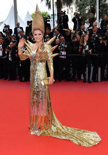 Connue pour ses looks excentriques à chaque Festival de Cannes, Elena Lenina n'a pas déçu cette année, arborant une robe métallique style hérisson et une coiffure tout droit sortie du futur. Cannes, le 8 mai 2018.