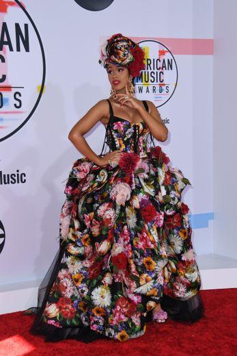 Trop de fleurs tuent les fleurs, et visiblement Cardi B ne l'a pas compris. Pour les American Music Awards, la rappeuse portait des fleurs de la tête aux pieds. Un peu trop clinquant ! Los Angeles, le 9 octobre 2018.