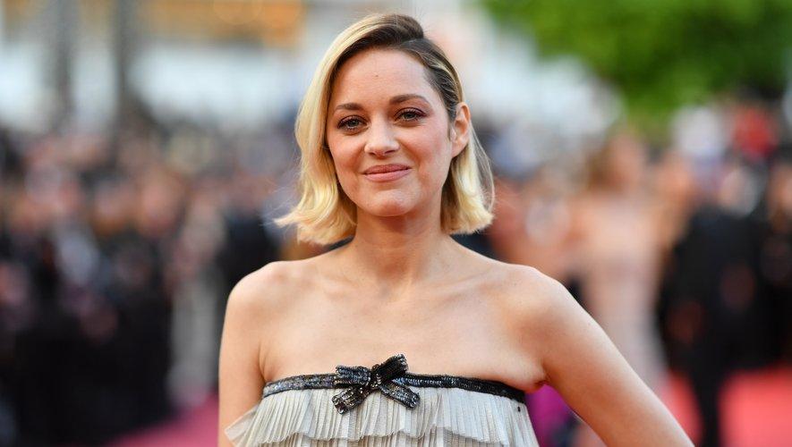 """Marion Cotillard arrive à la projection du film """"Le Grand Bain"""" au Festival de Cannes, le 13 mai 2018."""