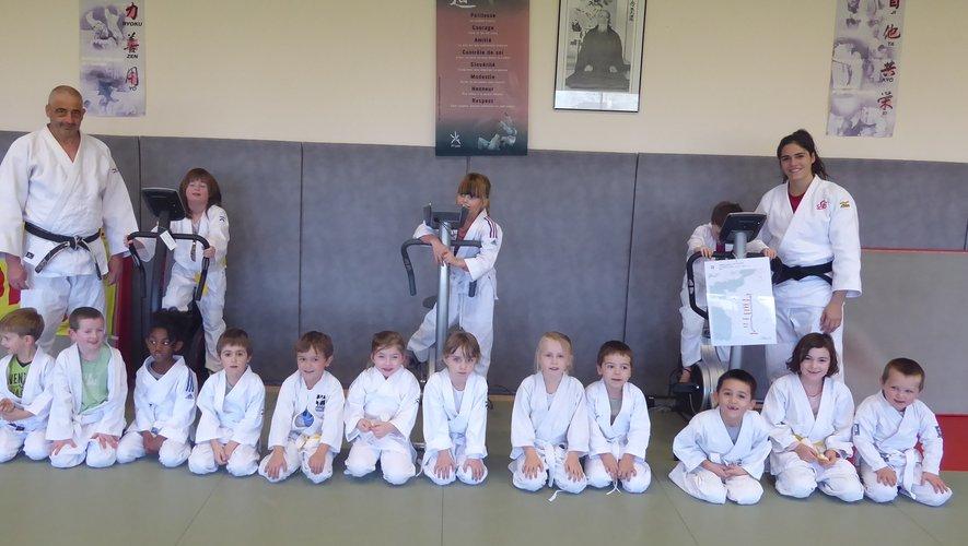 Les élèves de l'école de judo encadrés par Marc Bancarel et Gwenaëlle Viard.