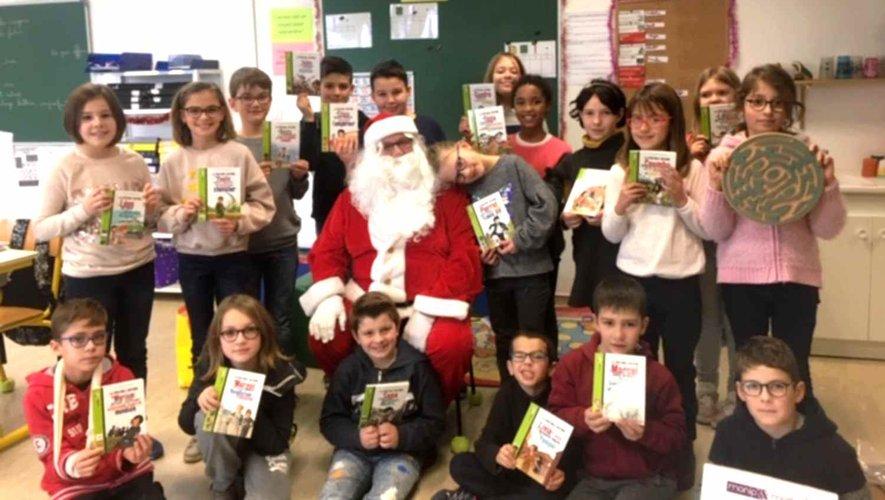 Le père Noël à débuté sa tournée dans les écoles de Pierrefiche et de Saint-Martin- de-Lenne.