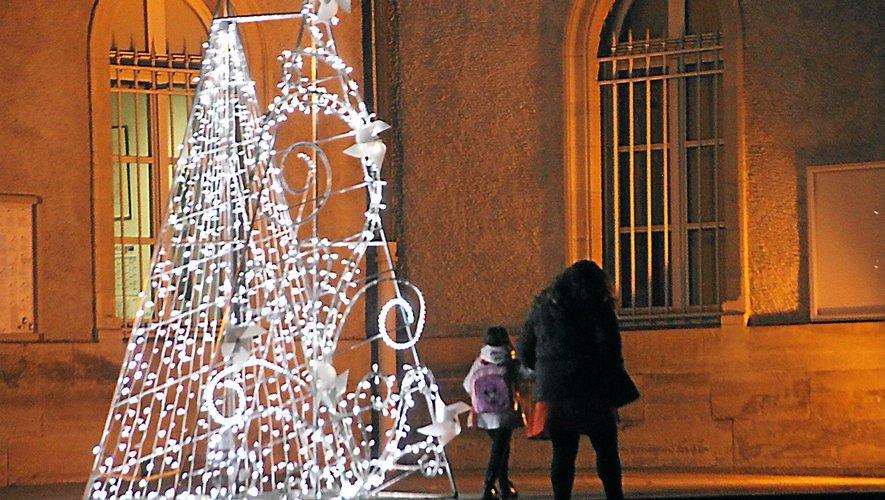 Les lumières de la ville, comme ici devant l'hôtel de ville, apportent un certain plus.