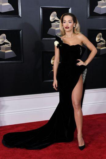 Pour la 60e cérémonie des Grammy Awards, Rita Ora a frappé fort avec une robe asymétrique très (très, très) fendue sur le côté, révélant le haut de sa cuisse. So sexy ! New York, le 28 janvier 2018.