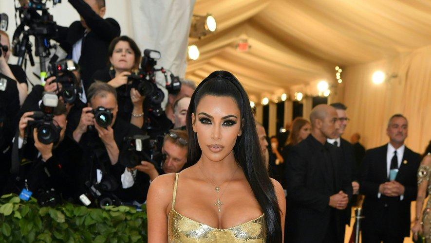 Kim Kardashian a moulé sa silhouette dans une somptueuse robe couleur or métallique pour le Met Gala, laissant découvrir ses formes sculpturales. Une robe signée Atelier Versace. New York, le 7 mai 2018.