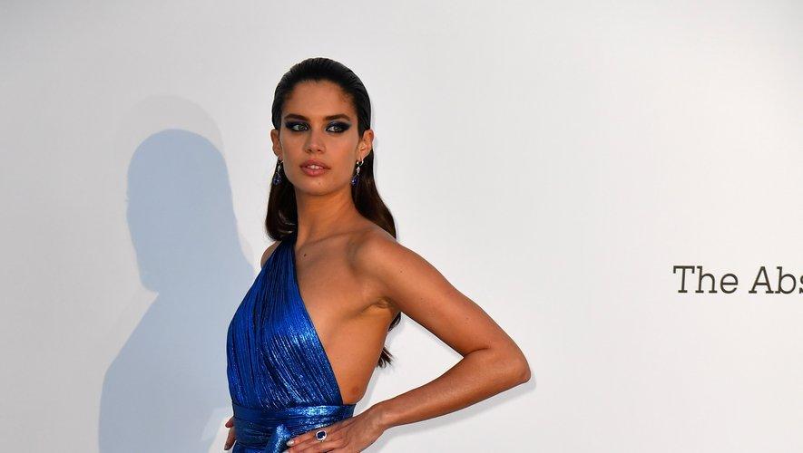 Sara Sampaio a fait rougir les photographes au gala de l'amfAR organisé en marge du Festival de Cannes. La belle a foulé le tapis rouge dans une robe asymétrique d'un bleu électrique ultra fendue, signée Elie Saab. Cap d'Antibes, le 17 mai 2018.