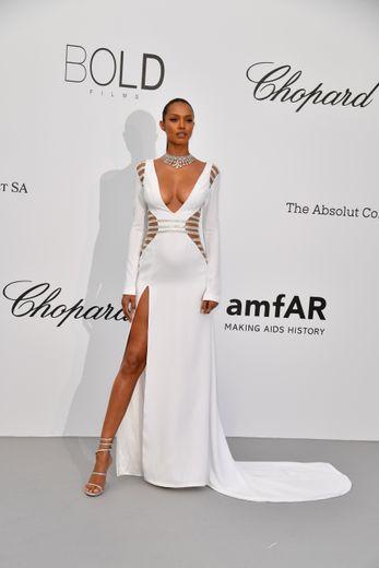 La top brésilienne Lais Ribeiro était sublime et sexy dans une robe immaculée Lyla Dumont pour le gala de l'amfAR organisé au Cap d'Antibes. La jeune femme a jeté son dévolu sur une robe décolletée et fendue aux multiples découpes. Le 17 mai 2018