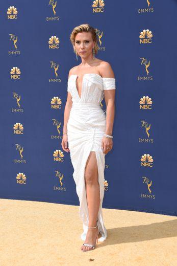"""Dans cette robe issue de la collection """"Le 44 Francois Premier"""" de Balmain, Scarlett Johansson a fait tourner la tête des photographes aux Emmy Awards. L'actrice a opté pour une robe bustier très fendue. Los Angeles, le 17 septembre 2018."""