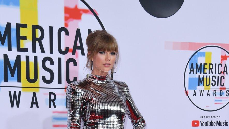 Taylor Swift a fait grimper la température d'un cran aux American Music Awards, arborant une robe à facettes ultra sexy signée Balmain. La tenue est agrémentée de cuissardes pour un effet encore plus hot. Los Angeles, le 9 octobre 2018.