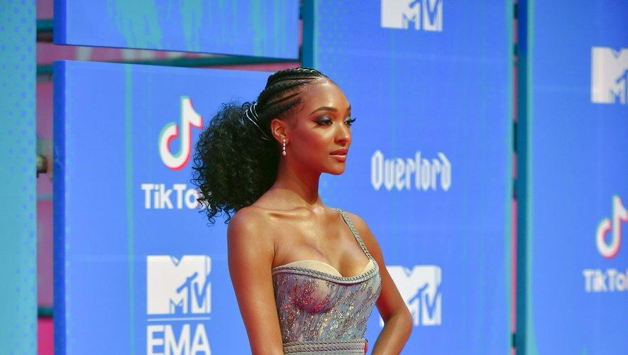 La top Jourdan Dunn était ultra sexy pour la cérémonie des MTV Europe Music Awards, foulant le tapis rouge dans une robe asymétrique décolletée et fendue. Le tout signé Aadnevik. Bilbao, le 4 novembre 2018.