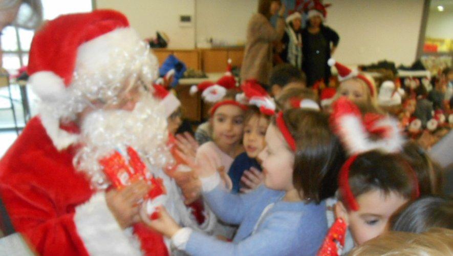 Une foultitude de fans et de minois ravis, entourant le père  Noël.