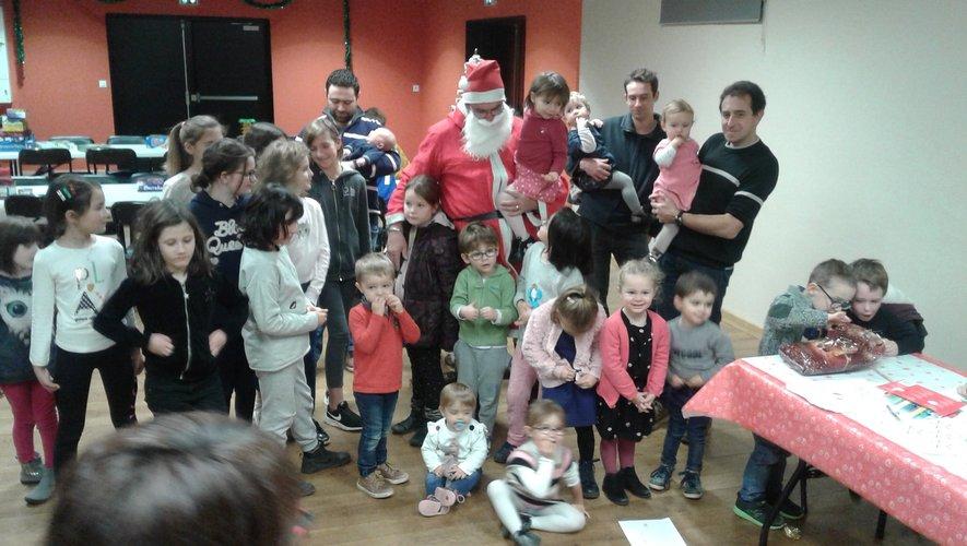 Le père Noël est venu saluer les enfants et leurs parents à la salle des fêtes.