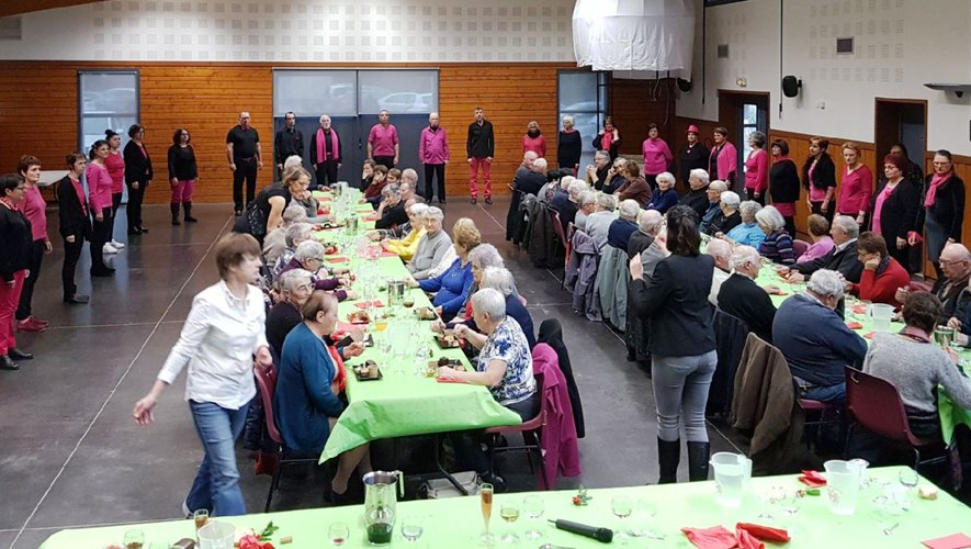 Les aînés ont apprécié autant le repas que l'animation de la chorale Grain de Phonie.