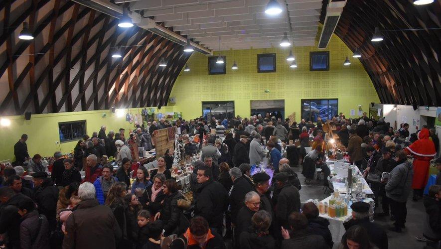 La salle des fêtes a rassemblé de nombreux participants pour déguster le goûter de Noël.