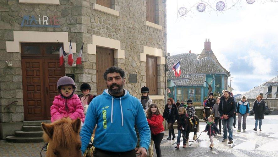 Ils étaient cinq poneys à promener les enfants dans les rues du village.