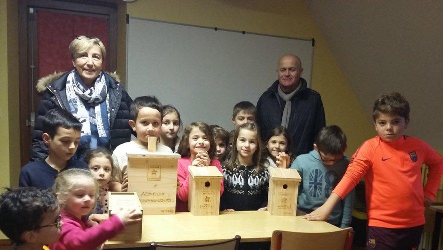 Bernadette de Trémontels et Eric Rieutort avec les écoliers de St Matthieu