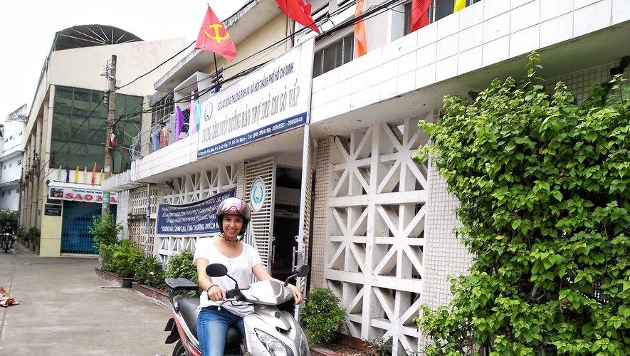 La jeune Millavoise a adopté le mode de vie vietnamien. Et elle se déplace dans les rues d'Ho Chi Minh au guidon de son scooter. On dit que la ville de 10 millions d'habitants compte autant de deux roues que de citadins. Impressionnant !