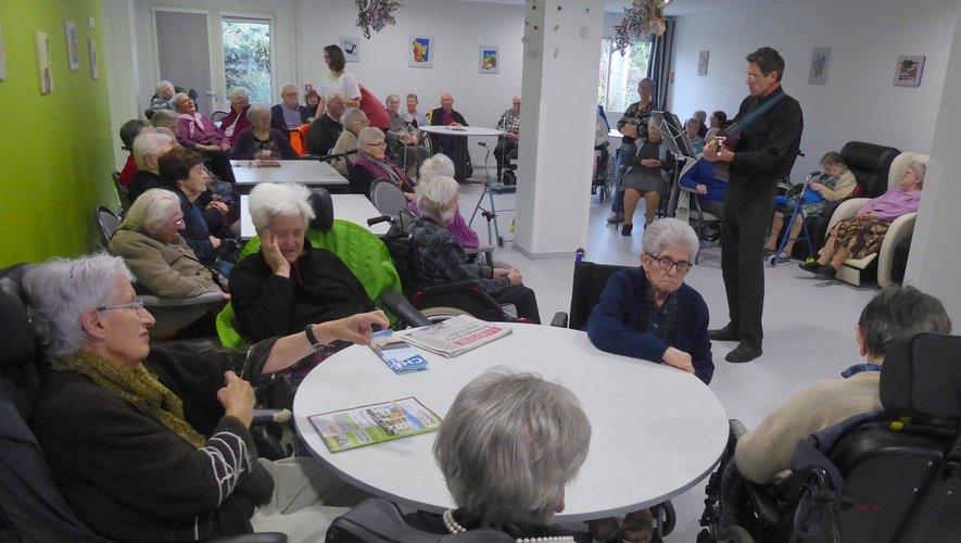 À la veille des fêtes de fin d'année, Jean-Luc Salgues a offert un moment de joie aux résidants.