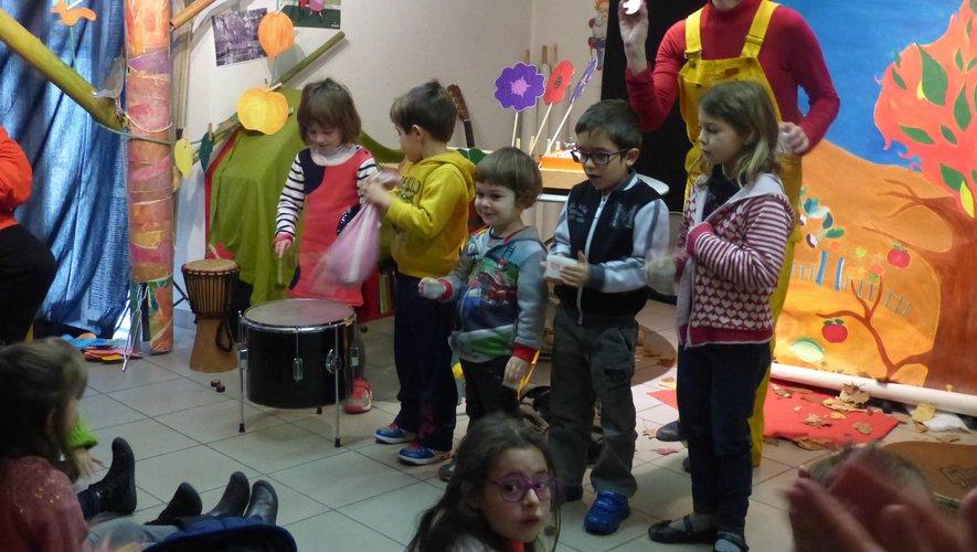 Des enfants heureux de participer au spectacle.