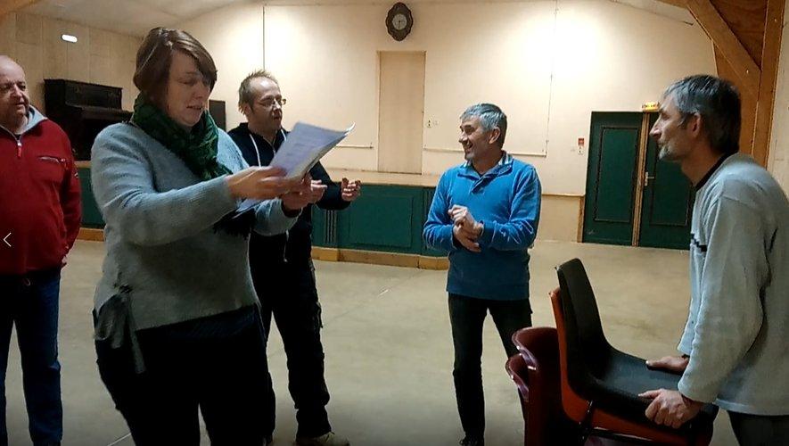 Clamer, déclamer, s'exclamer… Alexandre aide les acteurs bénévoles dans leur futur rôle.