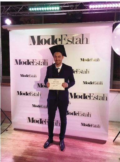 Baptiste Malet fier de présenter son diplôme.