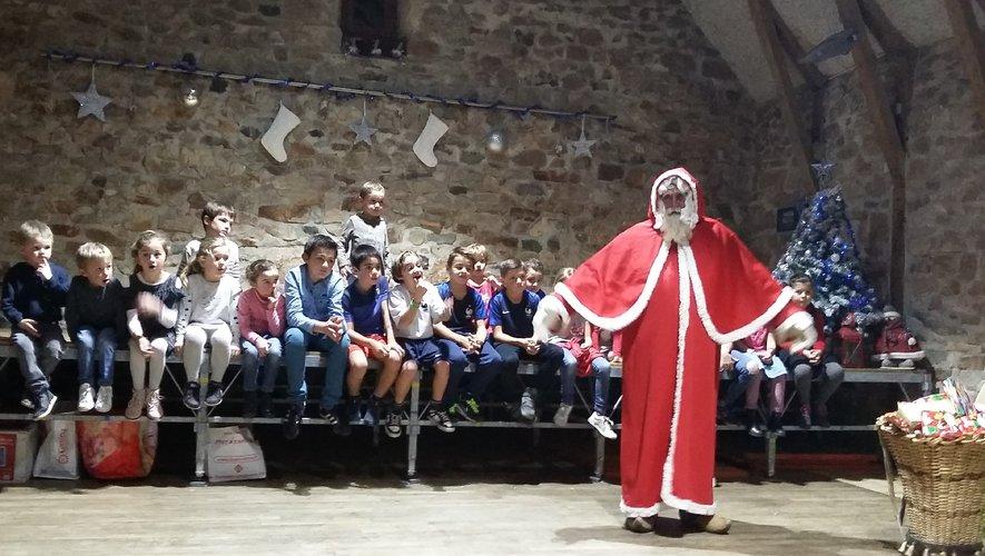 Les écoliers accueillirent le père noël à la salle La grange