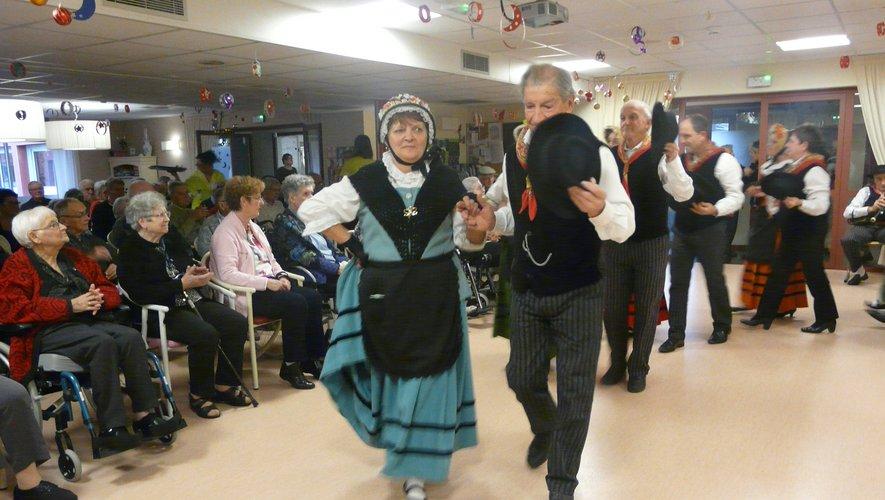 Les danses folkloriques de Los Carabiroulets ont ravi les invités.