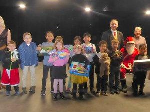 Les enfants réunis autour du père Noël et de Jean-Pierre Kolimagaaprès la remise des cadeaux.