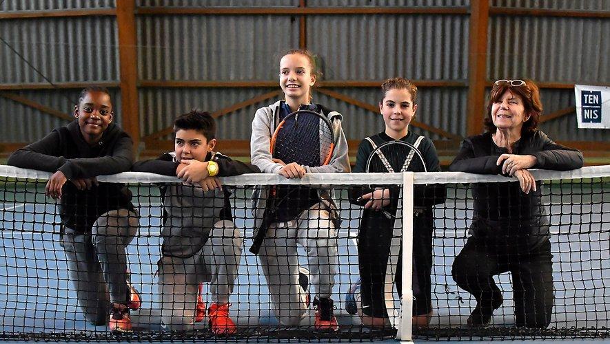 Aux côtés d'Annie Crognier, directrice du tournoi à Rodez, les quatre finalistes des Petits As (de gauche à droite) : Kelly Ngaimoko, Titouan Bories, Emma Esgrime et Noa Tcherniack. Emma Esgrime s'est imposée chez les filles et Noa Tcherniak chez les garçons.