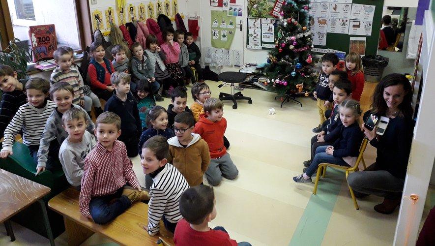 Les enfants attendent sagement le père noël