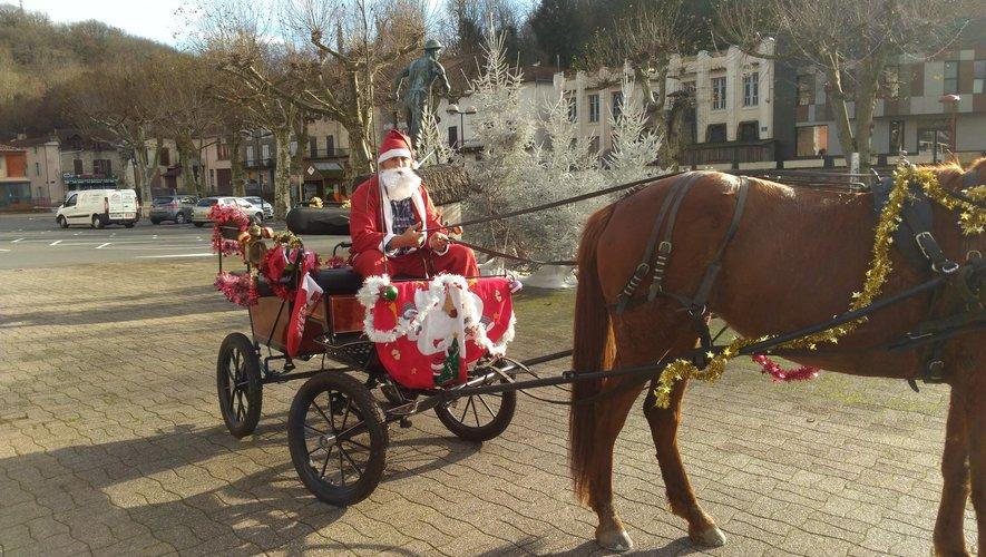 Le Père Noël et sa calèche, place Jean-Jaurès.