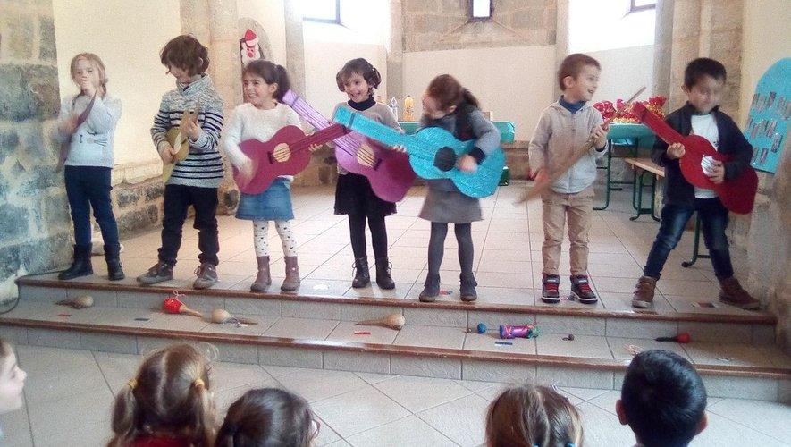 Les petits de maternelle à la guitare.