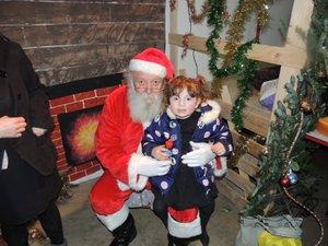 Les enfants ont rencontré le monsieur vêtu de rouge.