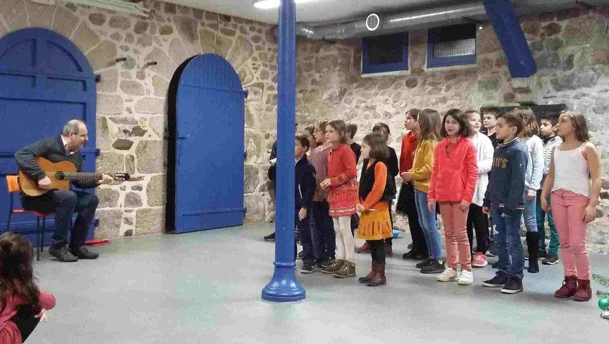 Frédéric bonnet fait chanter les enfants.