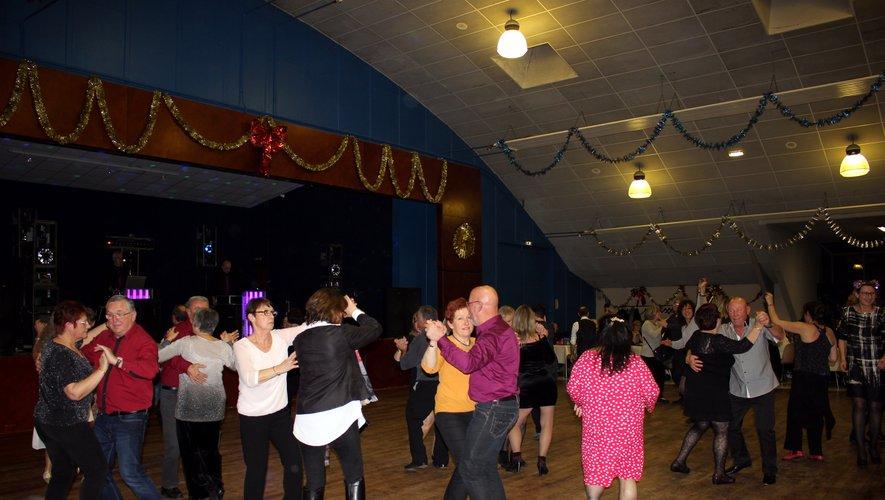 On a aussi bien dansé salle Rey à Viviez./ Photo DDM, BHSP.