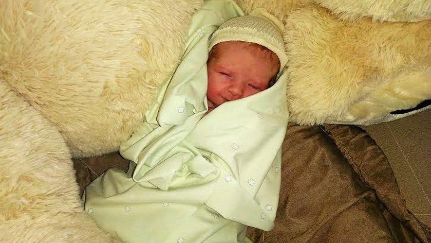 La petite Colline Raynal est le premier bébé né à la maternité de Rodez, mardi matin.