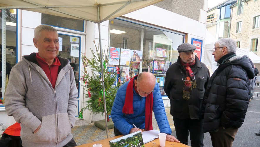 Jacques Raymond et René Bécouze étaient présents au marché de Noël pour dédicacer le livre Viadène.
