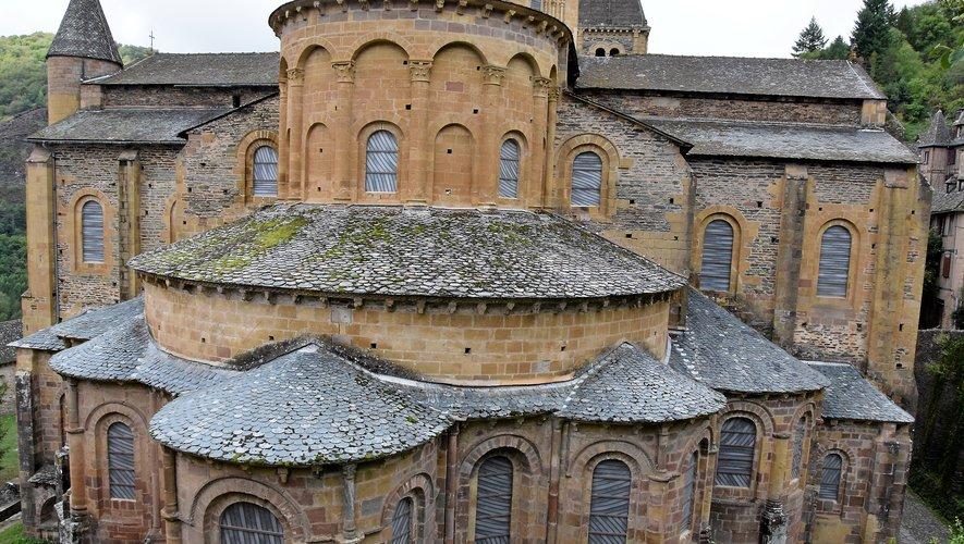 Les toitures de l'abbatiale sont victimes de l'usure du temps.