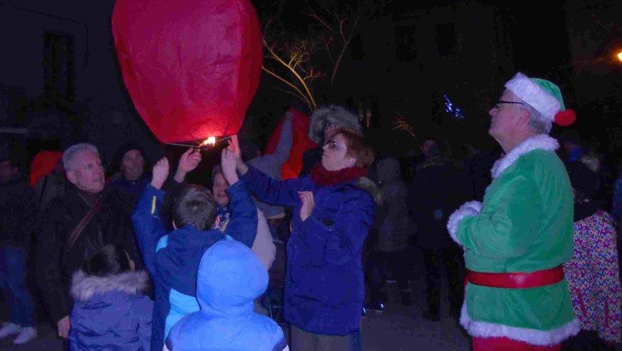 Après sa distribution de chocolats, le lutin vert assiste au lâcher de lanternes chinoises.