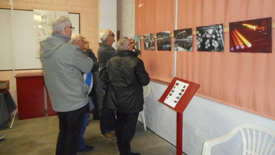 Des anciens sidérurgistes découvrant le musée de l'Aspibd.