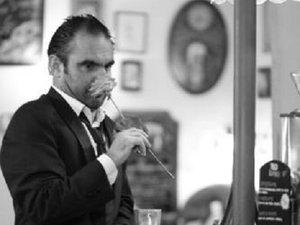 L'artiste Stéphane, accoudé au bar…