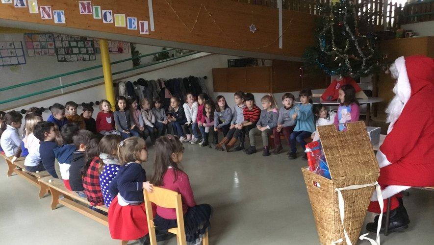 Des enfants attentifs aux belles histoires du père Noël.