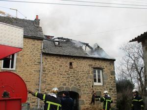 A Saint-Félix-de-Lunel, le feu s'est déclaré dans un appenti attenant à une maison.
