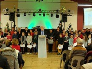 Le maire entouré de ses conseillers, du conseil des sages avec les enfants.