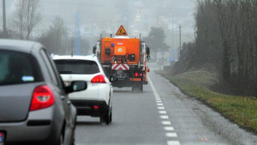 Une saleuse du service des routes du conseil départemental en pleine action mardi.
